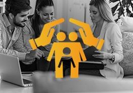 Icon mit Händen über Familie als Symbol für Versicherung