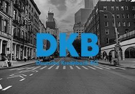 """Logo von """"DKB-Deutscher Kreditbank AG"""" mit Stadt im Hintergrund"""